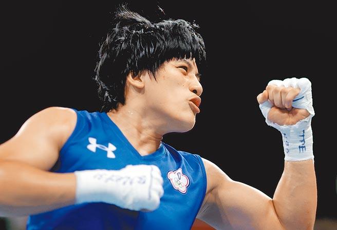 陳念琴拿下中華拳擊隊本屆東奧首勝,興奮的振臂歡呼。(路透)