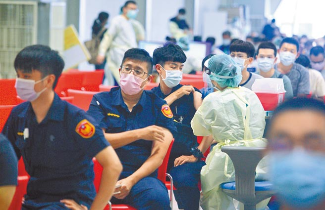 指揮中心27日宣布,「COVID-19疫苗施打意願登記與預約系統」重新開放,讓還沒有接種意願登記的人,並提供「高端疫苗」做為新選項。(張鎧乙攝)