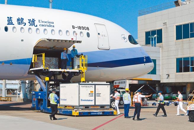 華航CI834航班27日下午,自泰國曼谷載運國內自購第四批58.2萬劑AZ疫苗抵台,隨即運至冷儲物流中心進行後續作業。(陳麒全攝)