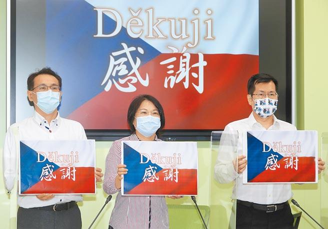 捷克宣布將捐贈3萬劑疫苗給台灣,民進黨立法院黨團書記長羅致政(右起)、幹事長劉世芳及立委鄭運鵬等27日拿著標語感謝捷克政府。(劉宗龍攝)