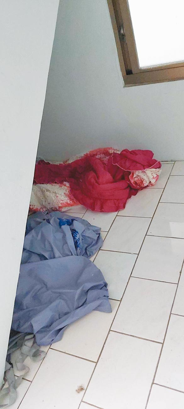 有竊盜前科的46歲朱姓男子於今年1月13日潛入高雄市橋頭區一棟透天厝,偷取屋主的棉被與枕頭,到樓梯間(圖)睡覺,竟沒被察覺。(翻攝照片/林瑞益高雄傳真)