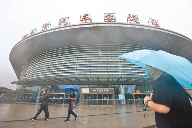 為防止新冠肺炎疫情擴散,南京市新冠疫情聯防聯控工作指揮部26日發布通告,自27日零時起,全市8個長途客運站暫停運營。圖為南京汽車客運站。(中新社)