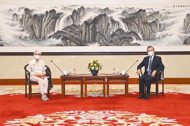 國務委員兼外長王毅(右)7月26日在天津會見美國常務副國務卿雪蔓(左)。 (新華社)
