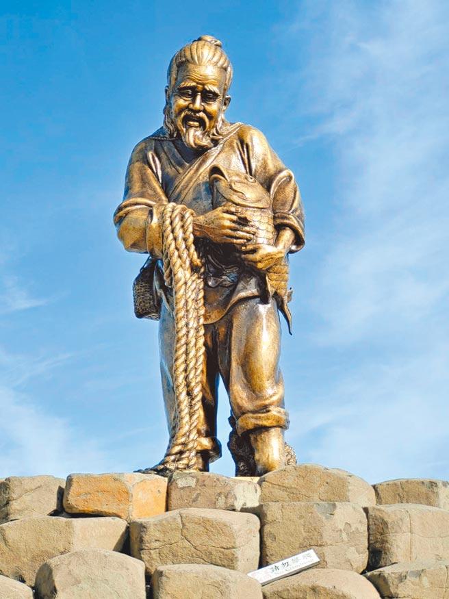 觀光復甦,澎湖添新妝歡喜迎賓,西嶼「老漁翁銅像」再現新風采。(陳可文攝)
