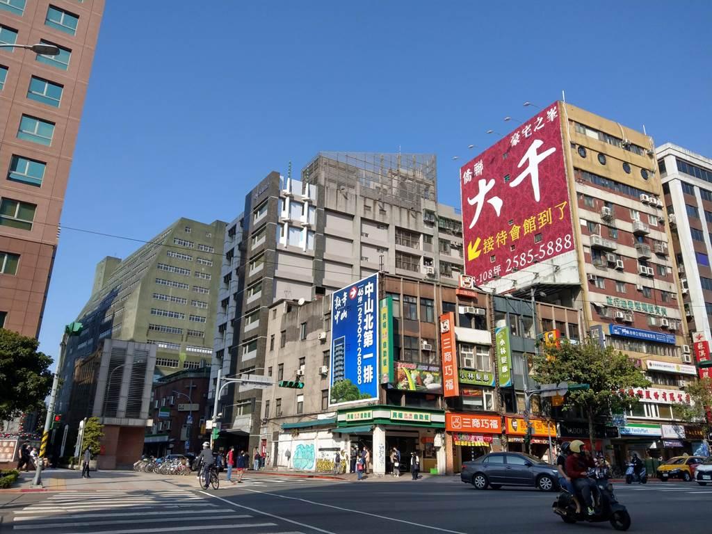 北台灣今年公開且完銷的秒殺建案較去年同期減少,年減幅約2.9%。(圖/葉思含攝)