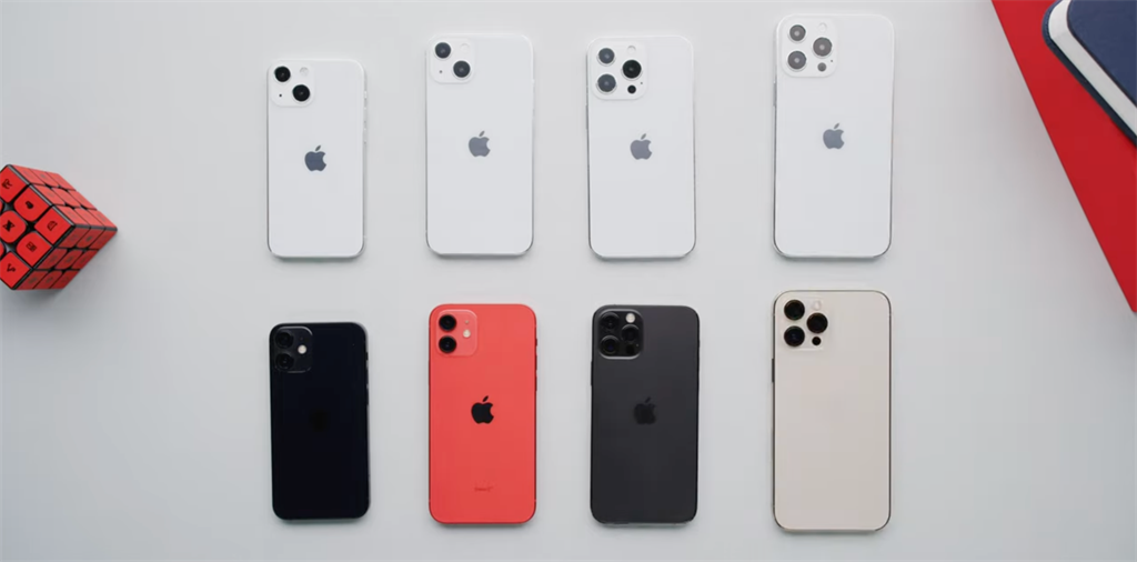 知名YouTuber Marques Brownlee對比iPhone 12系列(下)以及iPhone 13樣機。(摘自YouTube)