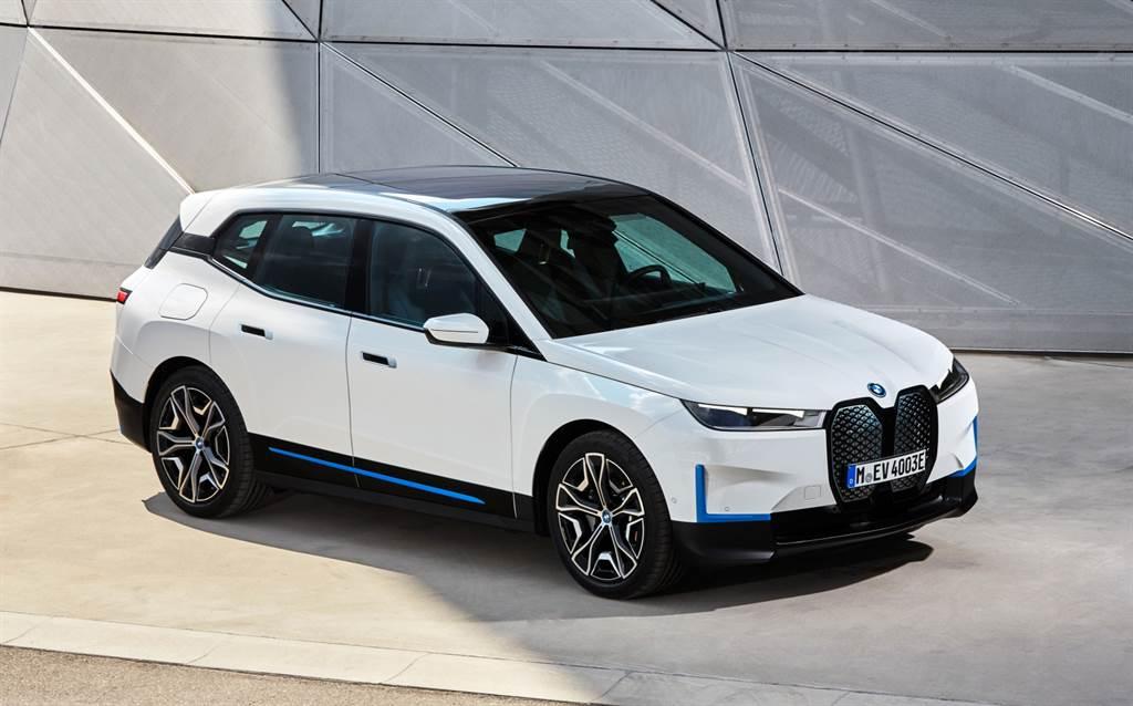 BMW總代理汎德針對全新BMW iX導入iX xDrive40與iX xDrive50,預售價為新台幣316萬元起。