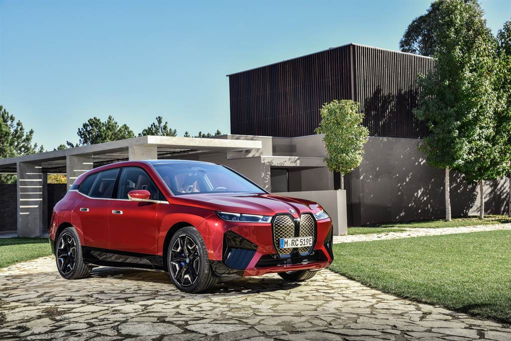 Sport Package運動化外觀套件擁有鮮明帥氣的車頭線條與車側輪廓,搭配率性十足的無窗框設計,展演BMW X家族濃厚血緣與前衛格調。