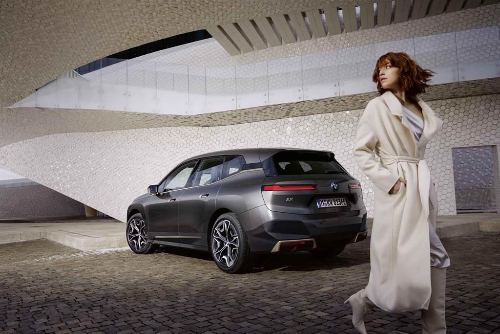 BMW iX配備手機數位鑰匙2.0功能,透過全新UWB超寬頻技術,車主只要iPhone放在身上,走近iX時就能直接解鎖並於上車後啟動車輛。