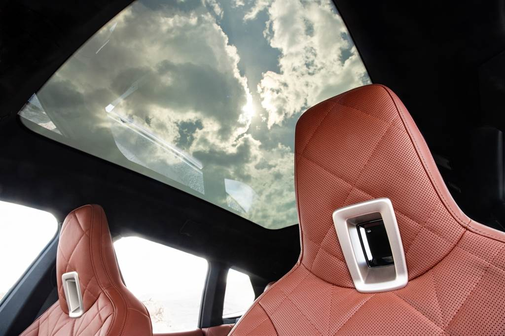 全新電控調節採光全景式玻璃車頂,適時調節車室空間採光,營造兼具頂尖科技與美學造詣的高質感。