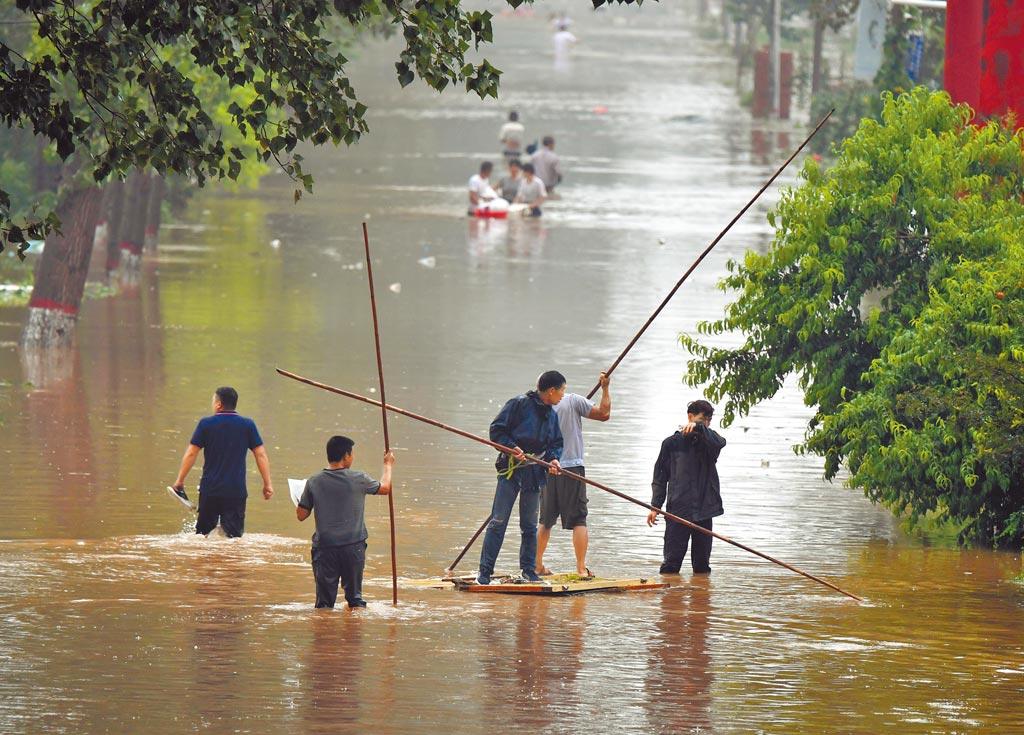 受到極端氣候影響,大陸多地雨量頻創紀錄,有33個國家氣象站日降水量突破歷史極值,洪澇災害嚴重。圖為河南省衛輝市村民積極救災。(新華社)