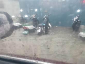 午後暴雨 蘆洲多區淹水高達30公分 多輛機車泡在水中