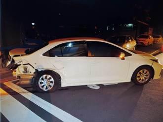 台中2車碰撞 1車360度旋轉衝破民宅鐵皮