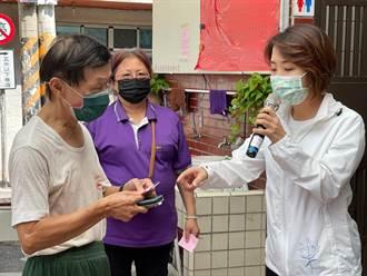 預約疫苗要上網 竹市議員李妍慧協助長輩登記