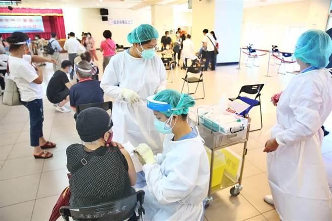 圖為長者施打疫苗。(資料照,杜宜諳攝)