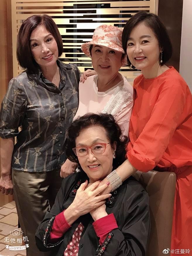 瘦身成功的林青霞,與甄珍等閨蜜齊聚一堂為女神葛蘭慶生。(取自汪曼玲微博)