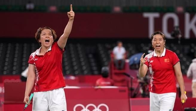 大陸羽球選手陳清晨(左)、賈一凡(右)在小組賽事對韓國一戰,高聲呼喊「臥槽!臥槽!」震懾了韓國對手,臥槽到忘情時還會對空比出食指,讓很多觀眾為她們捏把冷汗。(圖/微博)