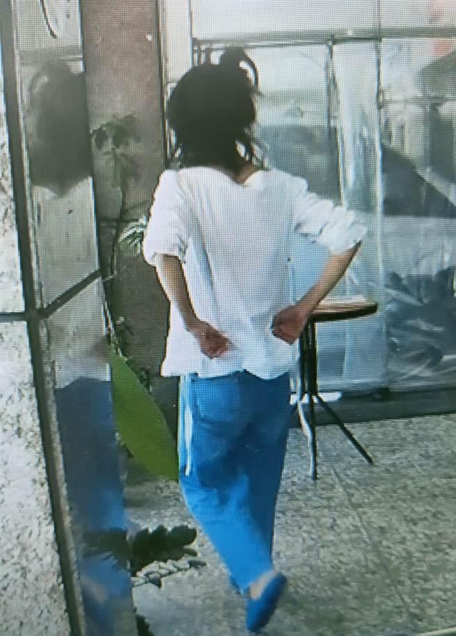 女警李育萱在派出所附近發現女子的身影,主動上前表明警察的身分,並輕聲地與女子攀談安撫情緒。(民眾提供/陳世宗台中傳真)