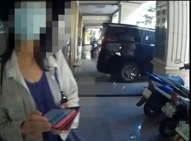 2女為「愛情與麵包」奔銀行匯款,警1小時內說破嘴全攔下。(戴志揚翻攝)