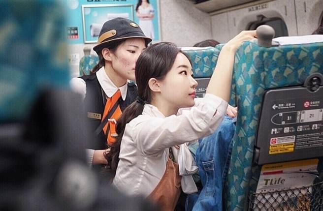 An因在高鐵蹲地安撫乘客爆紅。(圖/翻攝自An的IG)