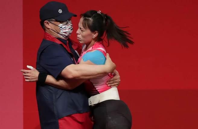 郭婞淳被教練熊抱露出不悅表情,遭網友質疑是否感到不適。(圖/季志翔攝)