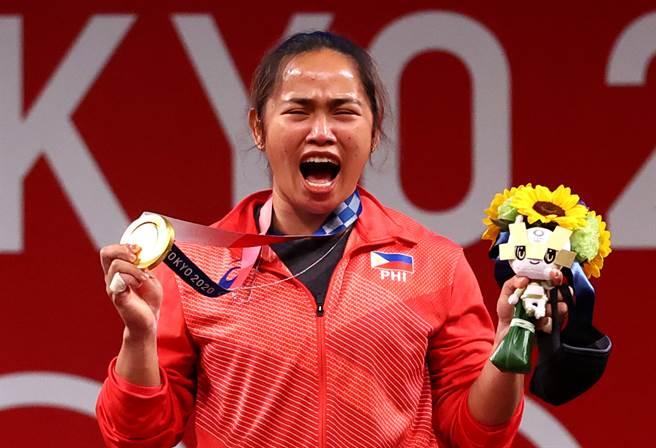 狄亞士為菲律賓奪下史上首面奧運金牌,更捧回菲律賓體委會與贊助人提供的高額獎金3,300萬披索(約新台幣1,842萬)與一塊地、1間房。(圖/路透社)