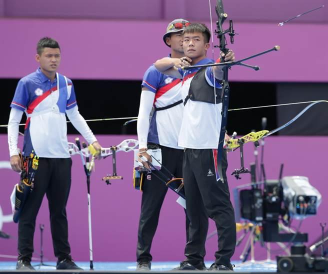 鄧宇成(右)無奈在個人賽64強淘汰。(報系資料照、季志翔攝)