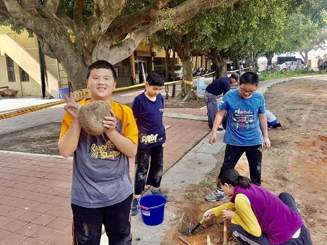 操場在整修時小朋友也加入一起工作,用自己的雙手一起將心目中最理想的操場打造出來。(香田國小提供/吳建輝彰化傳真)