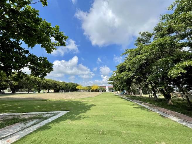 放眼望去筆直的跑道,整齊劃一的草皮,看了真的相當療癒。(香田國小提供/吳建輝彰化傳真)
