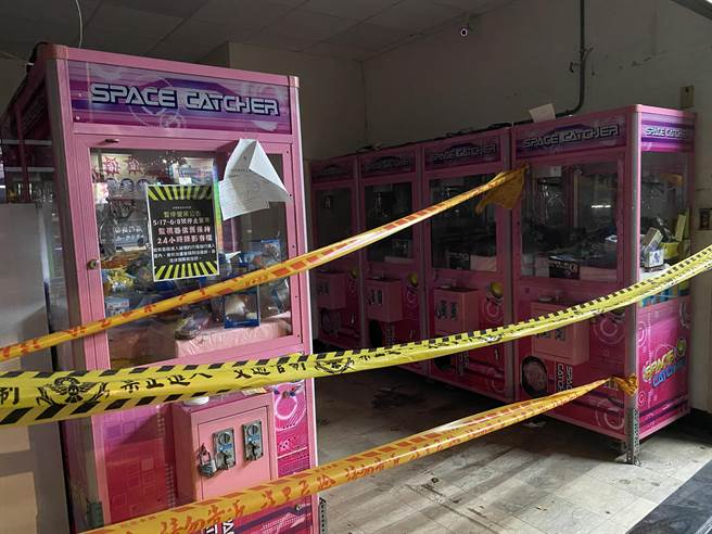 桃園夾娃娃機店有129家完成復業申請、重新開張,但多數業主仍持觀望態度,直言防疫指引要求「現場專人管理」恐增加成本。(蔡依珍攝)