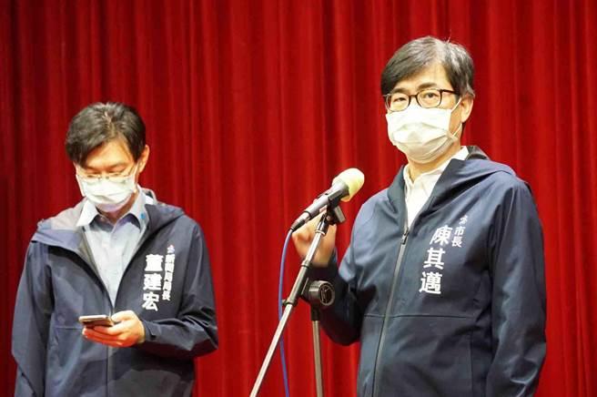 高雄市長陳其邁(右)今(29)日回應,以高雄276萬人口來說,就要276億元,地方財政負擔不起,各縣市都一樣,還是要由中央來做主導。(柯宗緯攝)