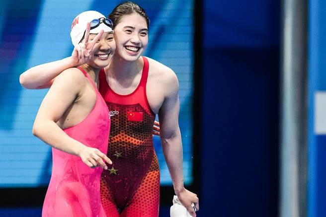 愛笑女孩張雨霏破奧運摘下200米蝶泳金牌,開心與隊友俞李妍擁抱。(澎湃新聞)