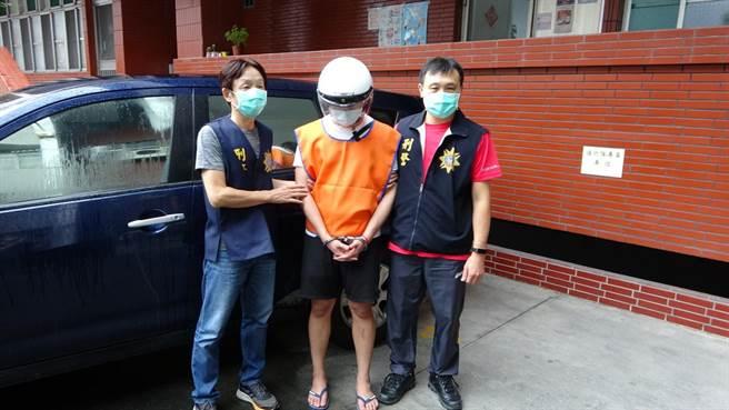 高雄市刑大警方逮捕涉嫌販毒的陳姓嫌犯。(翻攝照片/石秀華高雄傳真)