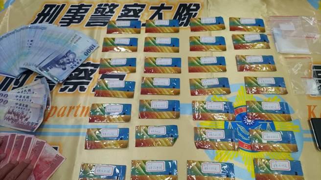警方在陳嫌身上及屋內起出28包毒咖啡包、38.68公克K他命及分裝夾鏈袋、電子磅秤等物。(翻攝照片/石秀華高雄傳真)