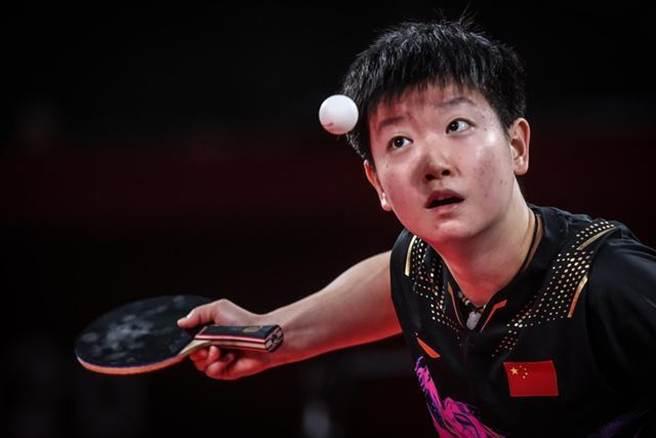 中國隊選手孫穎莎以4-0戰勝日本選手伊藤美誠。(新華社)