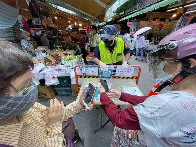 台灣政府沒有使用區域其他國家更具侵害性的電話監控技術,而是利用企業實聯制追蹤民眾足跡。(圖/中央社)