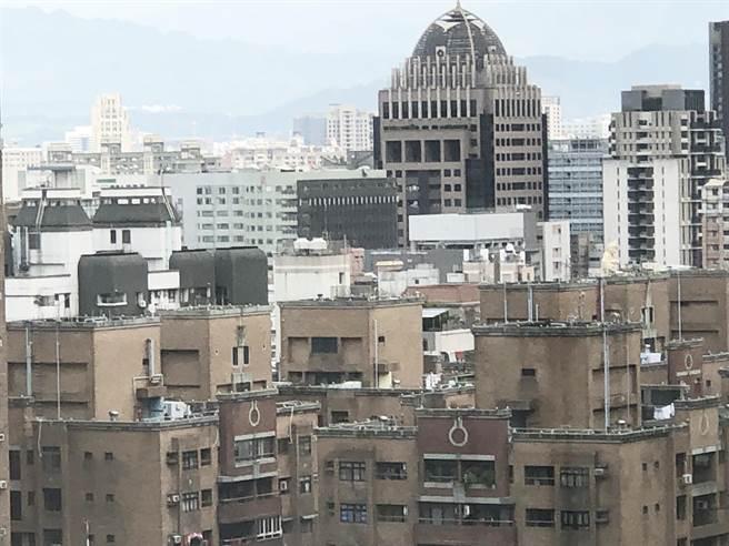 受到新冠肺炎疫情影響,申請住宅補貼受理的人潮眾多;台中市政府於8月2日起開放第1次受理申請,收件至8月31日止。(陳世宗攝)