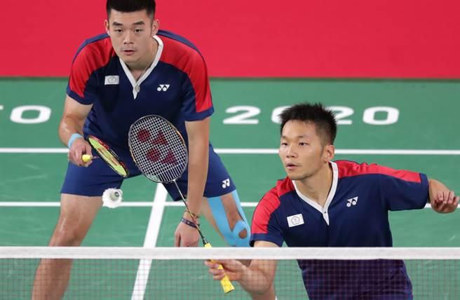 李洋(前)、王齊麟(後)在東京奧運羽球男雙4強對決印尼組合。(資料照/季志翔攝)