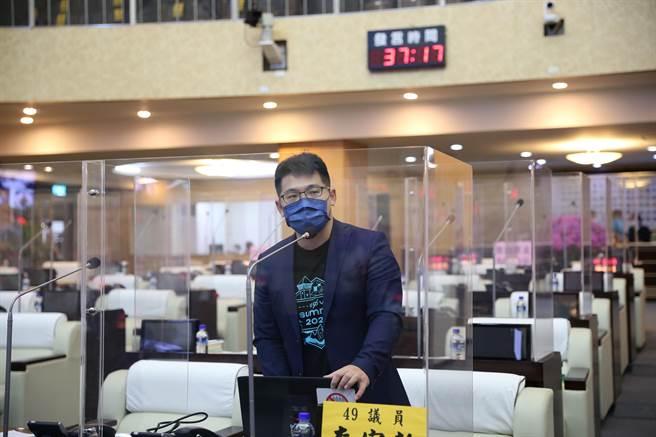 台南市議員李宗翰29日質疑警察人事調整不公。(程炳璋攝)