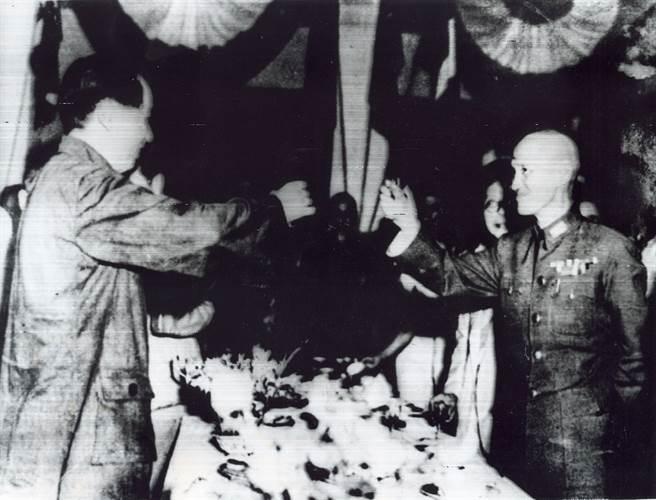 毛澤東與蔣中正1946年在重慶會面。(合眾國際社攝)