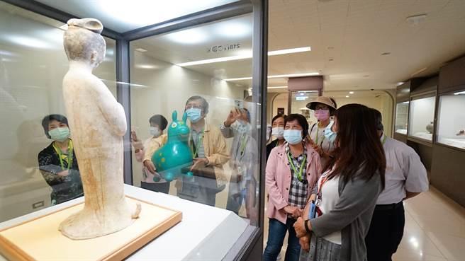 「故宮尋寶趣」樂齡學員在講師帶領下享有故宮參觀專屬導覽。(仁濟院提供)
