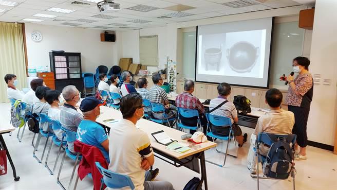 仁濟院老人身心活化課程「故宮尋寶趣」的學員聚精會神的上課。(仁濟院提供)