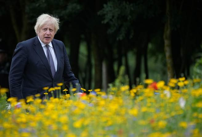 英國首相強生19日堅持解封,解除英格蘭所有強制戴口罩與維持社交距離措施(圖/路透社)
