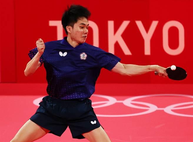 林昀儒漂亮把球回擊。(路透)