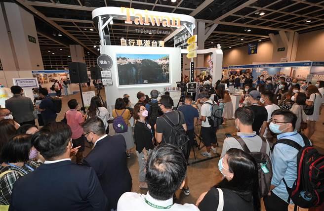 第35屆香港國際旅遊展(ITE)29日起,四天在香港會議展覽中心舉行,台灣館以線上直播方式展出,現場聚集不少香港民眾參觀。(參山處提供/黃國峰台中傳真)