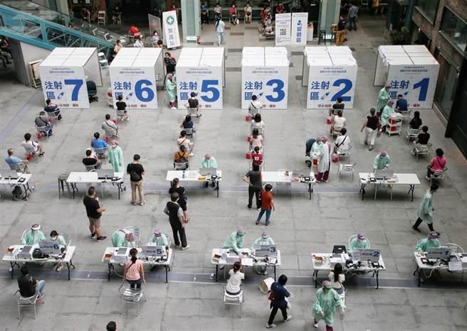 衛福部疾管署今天首度公布國內新冠肺炎疫苗接種監測報告,統計發現,自3月22日以來至7月21日之間,共有5名個案,接種兩劑AZ疫苗,且已經相隔14天以上後仍然確診的案例。(趙雙傑攝)