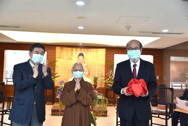 華梵大學林從一校長(右)接下校長印信。(華梵大學提供)