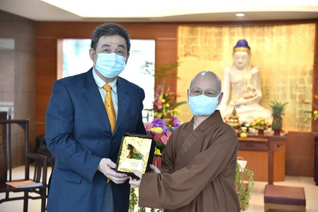 華梵大學董事長悟觀法師(右)致贈紀念品給卸任校長李天任教授。(華梵大學提供)