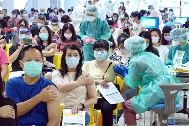根據公費疫苗預約平台最新統計,截至29日中午12:00還有382萬5287人在苦等莫德納疫苗,約佔整體登記人數的39.13%,但有醫師透露,今年可能有235萬人都白等了。圖為北市花博爭豔館疫苗接種站。(姚志平攝)