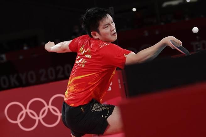 樊振東實力居於世界最頂尖等級,但在對上林昀儒變化多端的球路時卻打得很辛苦,最後是紮實的基本功穩住局勢驚險獲勝。(圖/路透)